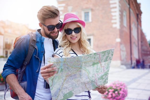 Paar schaut auf die karte