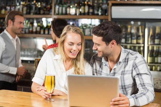 Paar schaut auf einen laptop