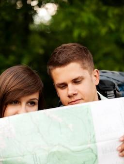Paar schaut auf karte