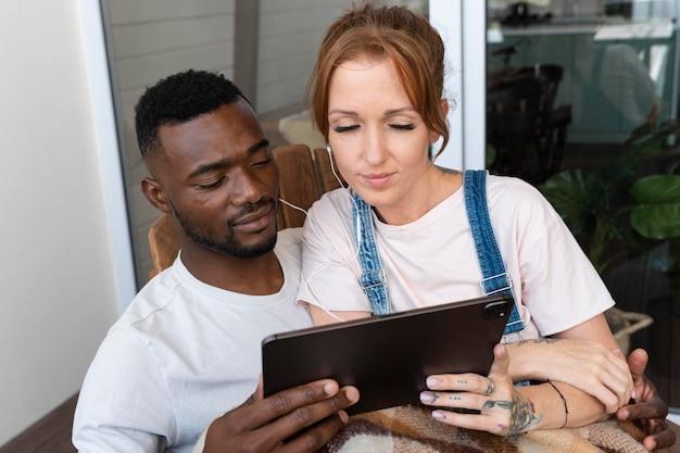 Paar schaut netflix auf einem tablet