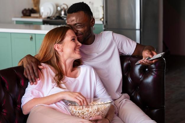 Paar schaut sich einen film auf netflix an