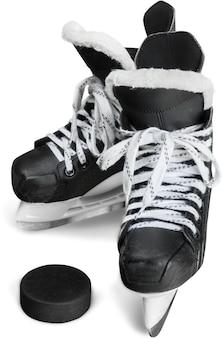 Paar schwarze eishockeyschlittschuhe mit puck, isoliert auf transparentem hintergrund