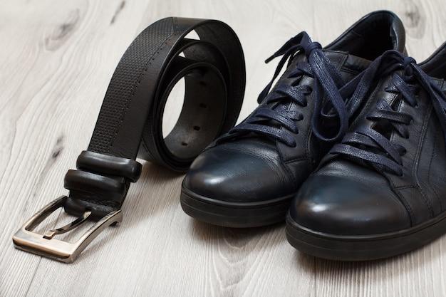 Paar schwarze leder herrenschuhe mit schnürsenkel und ledergürtel für herren herren accessoires
