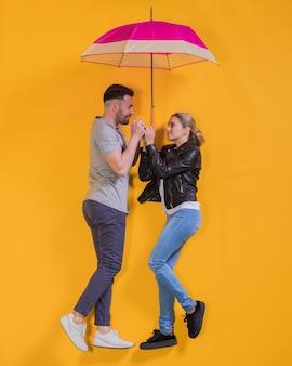 Paar schwimmt mit einem regenschirm