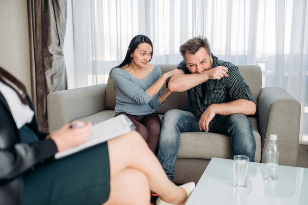 Paar schwört auf psychologe, familienpsychologie