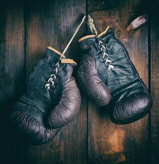 Paar sehr alte braune boxhandschuhe