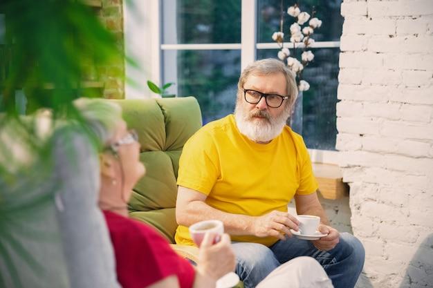 Paar senioren lächeln, die zeit zusammen verbringen