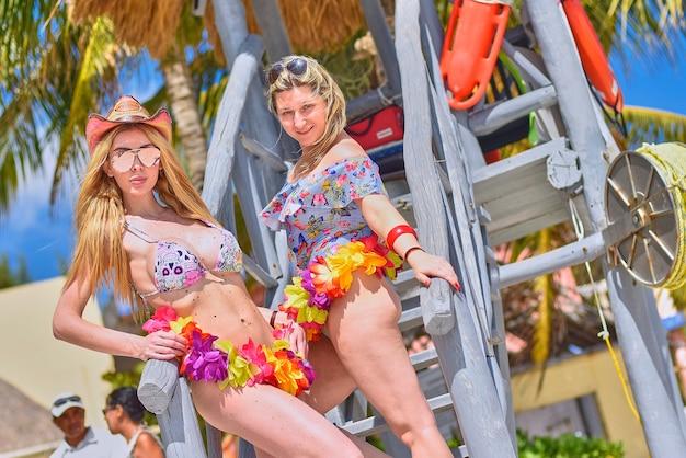 Paar sexy blonde mädchen posieren für shooting am strand