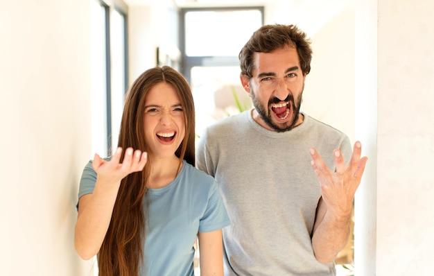 Paar sieht wütend, genervt und frustriert aus und schreit wtf oder was ist mit dir los?