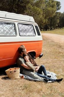 Paar sitzt am auto