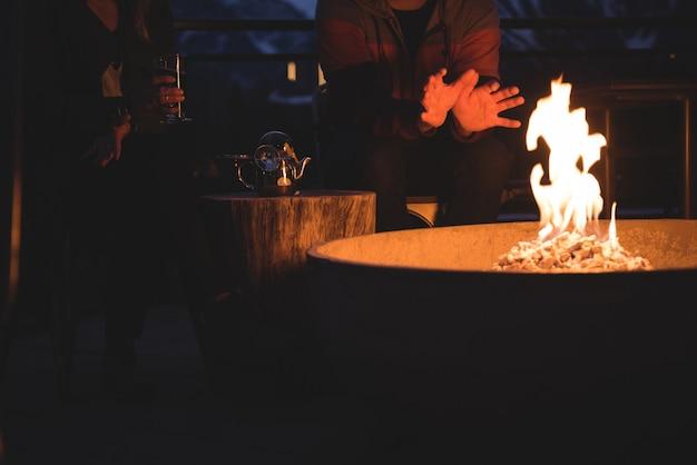 Paar sitzt an der feuerstelle