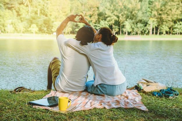 Paar sitzt auf dem öffentlichen park