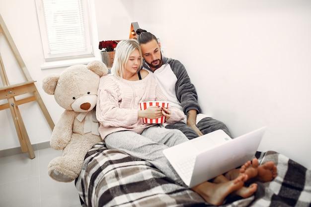 Paar sitzt auf einem bett in einem raum mit popcorns