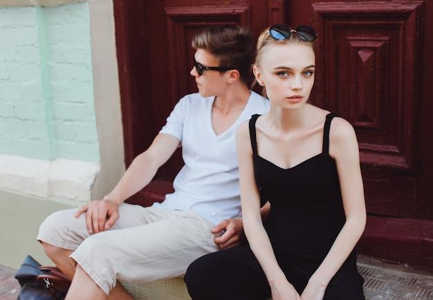 Paar sitzt auf schritte