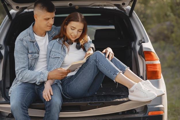 Paar sitzt in einem kofferraum in einem park