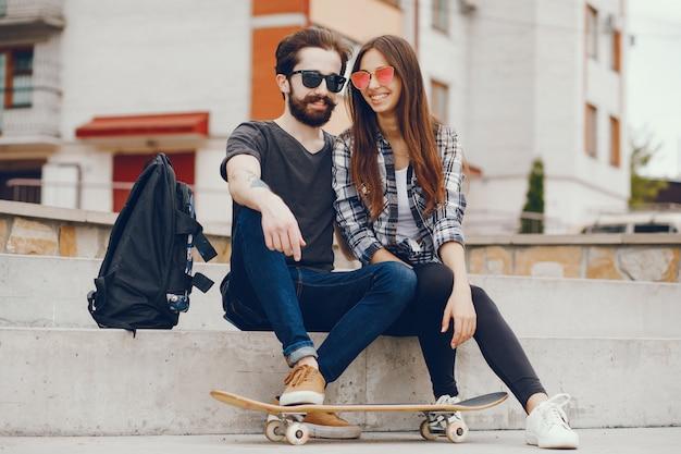 Paar sitzt in einer stadt