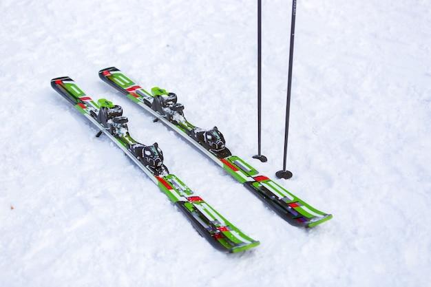 Paar ski und und skistöcke auf der schneepiste
