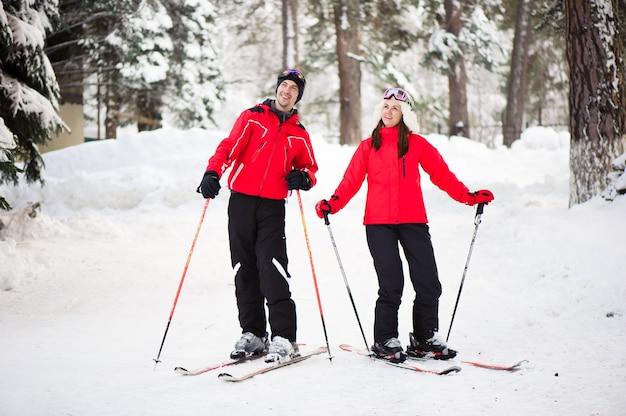 Paar skifahren zusammen im wald