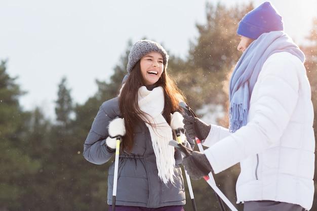 Paar skifahren