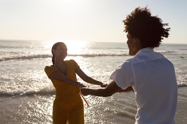 Paar spaß zusammen am strand