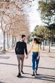 Paar spazieren gehen