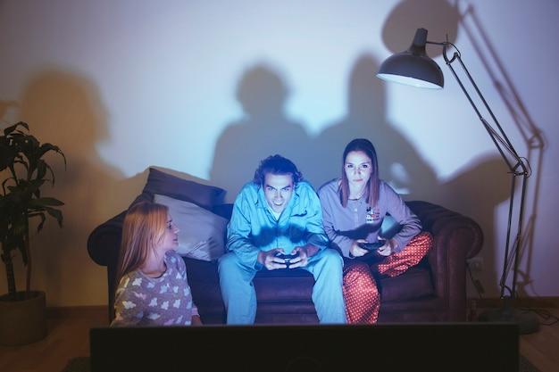 Paar spielt auf der konsole