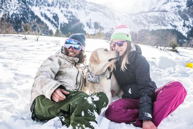 Paar spielt mit hund