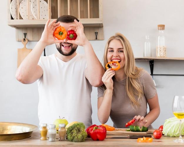 Paar spielt mit paprika