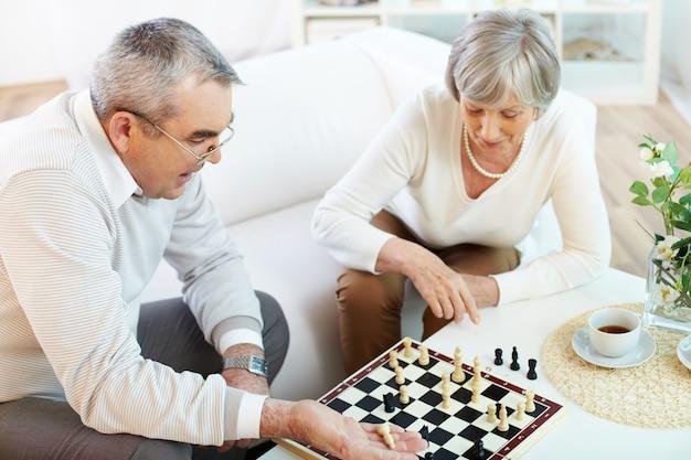 Paar spielt schach