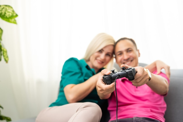 Paar spielt zu hause videospiele