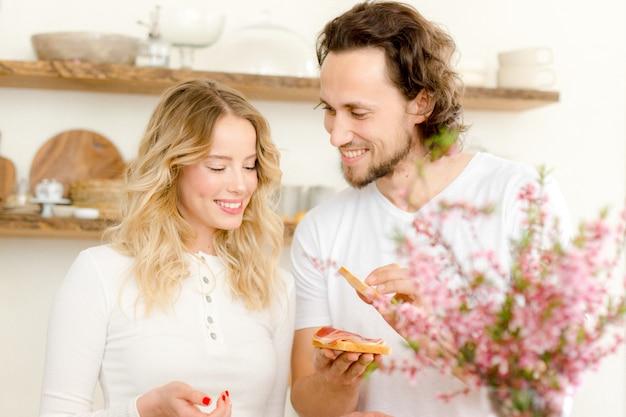Paar spricht in der küche