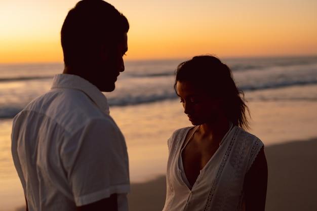 Paar stehen zusammen am strand