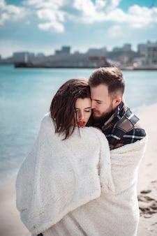 Paar steht am strand und posiert