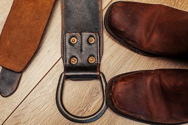 Paar stiefel und ledergürtel