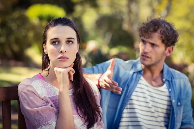 Paar streiten im park