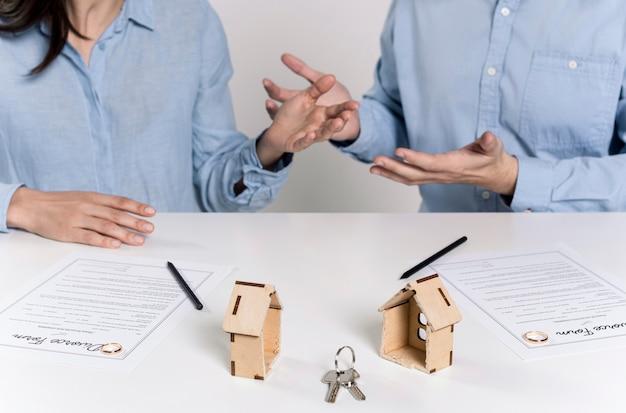 Paar streiten vor der unterzeichnung scheidungspapiere