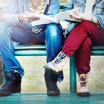 Paar-studenten, die zuschauertribünen zusammen studieren