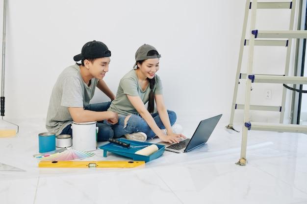 Paar sucht nach design-ideen