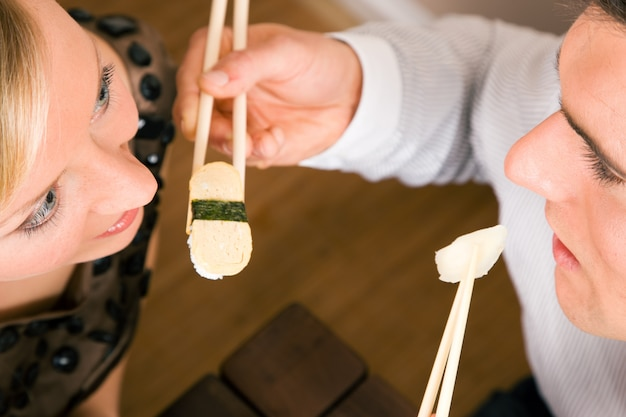 Paar sushi essen