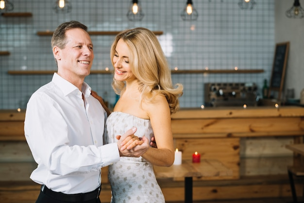 Paar tanzen zusammen beim abendessen