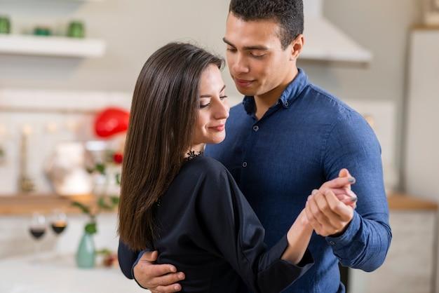 Paar tanzt zusammen am valentinstag