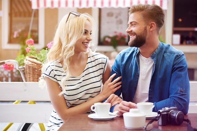 Paar traf sich, um guten kaffee zu trinken