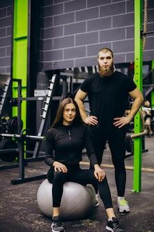 Paar trainiert zusammen im fitnessstudio