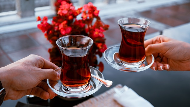 Paar trinkt türkischen tee in glastassen