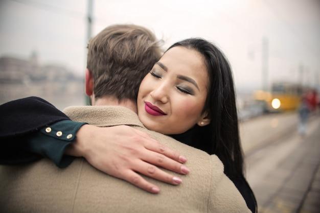 Paar umarmt auf der straße