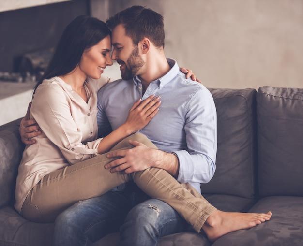 Paar umarmt, betrachtet einander und lächelt.