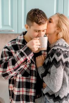 Paar umarmt in der küche