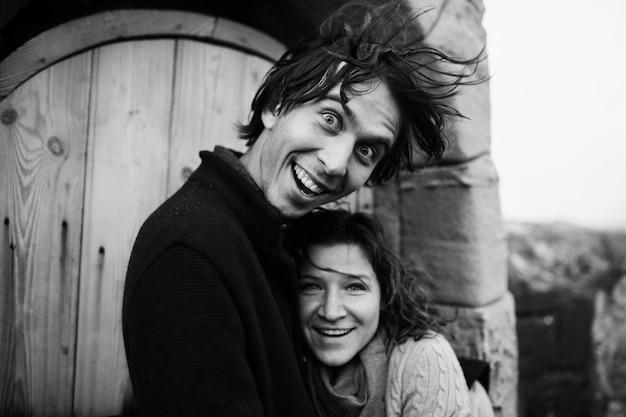 Paar umarmt steht in der nähe der leuchtturmtür und hat spaß
