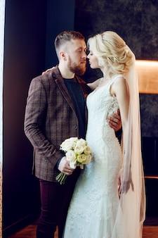 Paar umarmt und geküsst nach der ehe. braut und bräutigam umarmen sich und schauen sich in die augen. liebe, zärtlichkeit, treue und fürsorge in jeder berührung. glückliches paar