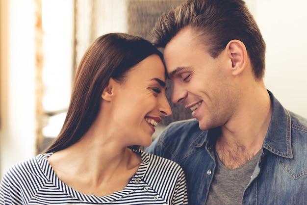 Paar umarmt und lächelt beim stillstehen im café